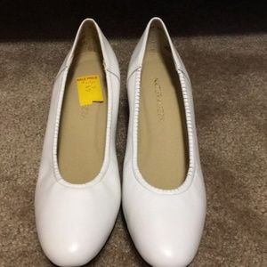 Shoes - Leather sz 9 Naturalizer white short heel narrow